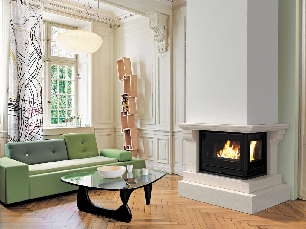 Habillage classique pour le modèle 700 FV Bi-vision. Ici, l'habillage sublime l'asymétrie du foyer en ne révélant qu'un seul angle moulé, parfait pour un intérieur de caractère.
