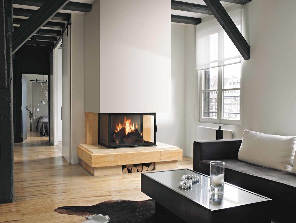 Pour un intérieur hors-du-commun, alliant modernité et touches d'ancien, un habillage épuré en pierres claires s'accorde parfaitement. Offrant ici une vision 180° sur les flammes, cette cheminée sublime la pièce en lui donnant éclat et grandeur.