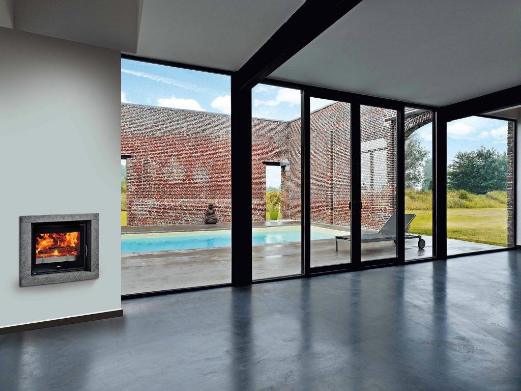 Un habillage en pierre, encastré dans un mur simple permet d'allier rustique et contemporain. Vous retrouvez le plaisir du feu dans votre intérieur moderne, réchauffant ainsi votre pièce.