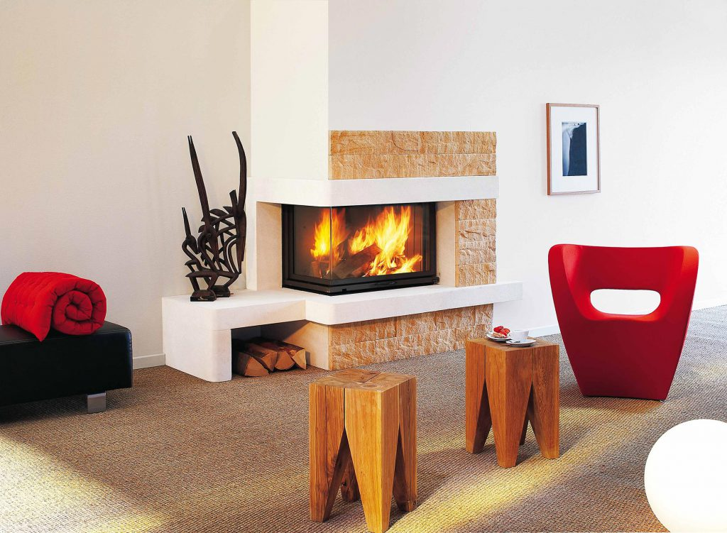 Parfait pour un intérieur très contemporain, cet habillage, alliant formes géométriques et pierre, apporte de la chaleur à votre pièce. Subtile et originale, cette cheminée sublimera le feu, accrochant le regard et l'attention.