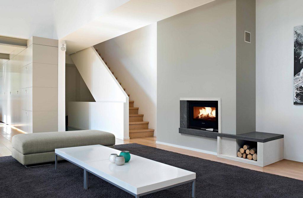 Jouant sur les formes et les couleurs de pierres, cette cheminé est la touche de modernité qui illuminera votre intérieur. Laissez-vous bercer par les flammes, celles-ci sublimeront votre pièce.