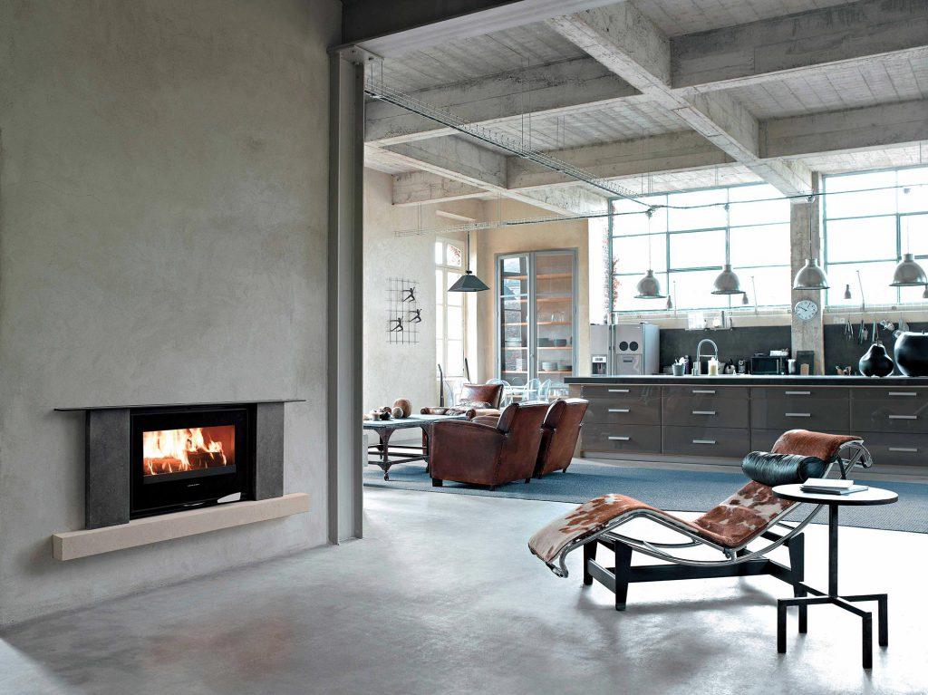 Dans votre intérieur à ambiance industrielle, un habillage encastré avec un cadre en pierre se fond parfaitement. Cette cheminée devient le détail qui fait la différence et apporte authenticité et caractère à votre pièce.