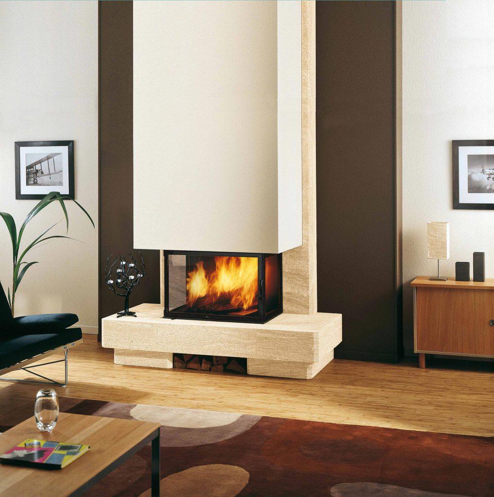 Un habillage en pierre n'est pas forcément synonyme d'ancien. Cette cheminée allie modernité et authenticité, pour les amoureux du feu. Ici associée à un foyer tri-vision, vous profiter de toute l'élégance des flammes, tout en décorant votre intérieur.