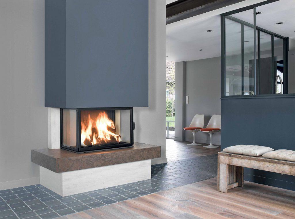 Un foyer tri-vision, associé à un habillage en pierre, offre grandeur et prestance aux flammes. Votre intérieur, sublimé, accueille les éclats du feu et prend vie.